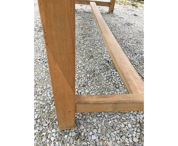 Light-coloured oak farm table