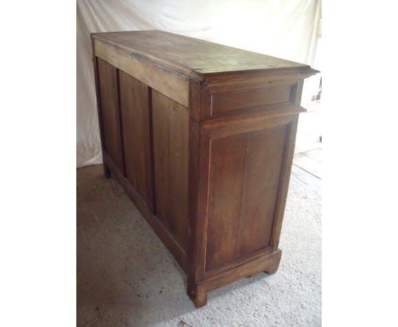 A low 2-door piece of furniture in oak