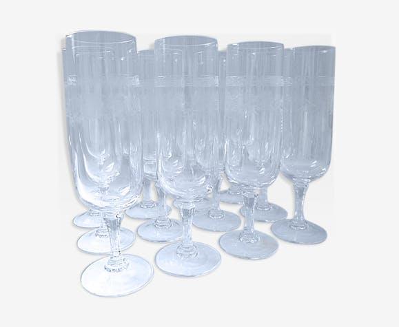 Douze flutes à champagne en cristal gravé