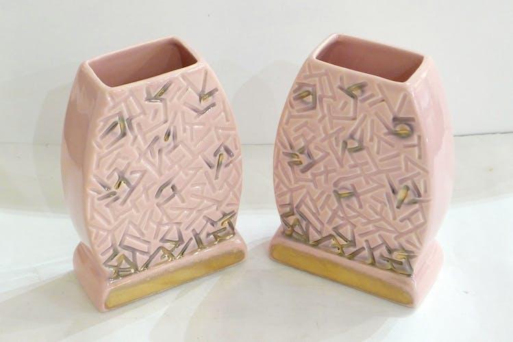 Paire de vases plats 1940'-1950' rose pâle & décor graphique