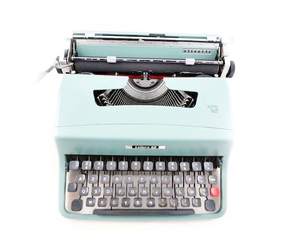 Machine à écrire olivetti lettera 32 bleue pastel