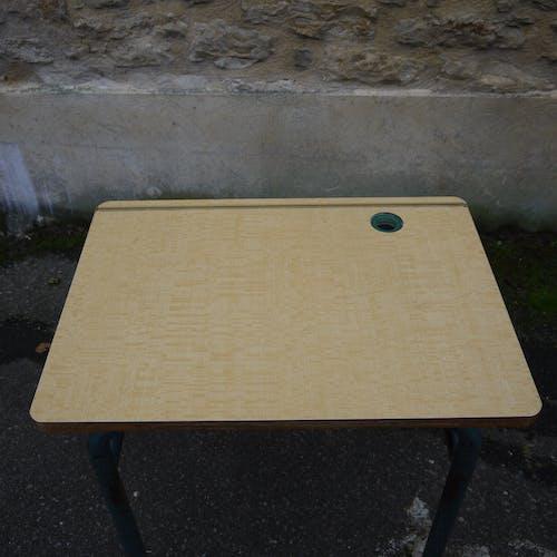 Bureau d'école avec casier