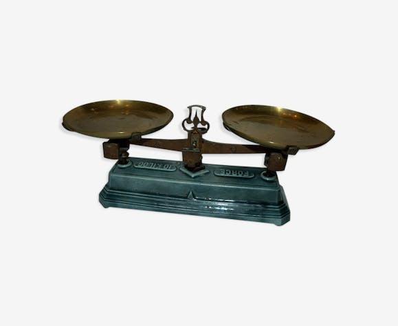 ancienne balance maill e bleue avec plateaux cuivre et bo te de poids fonte bleu. Black Bedroom Furniture Sets. Home Design Ideas