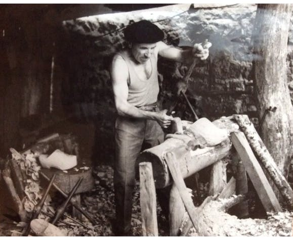 Photographie ancienne d'artisan Sabotier