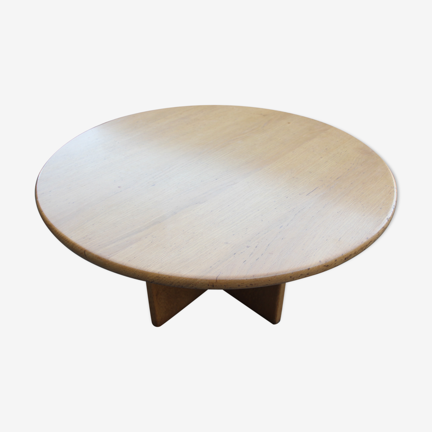 Round coffee table based on the cross