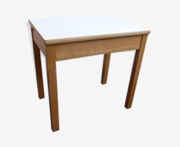 Bureau pour enfant en bois vernis clair et plateau blanc bois