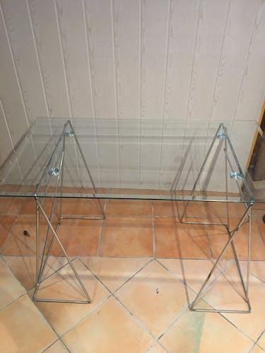 Bureau en verre aux pieds en métal