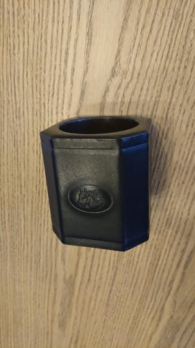 Porte crayons ancien en cuir noir embossé et gravé
