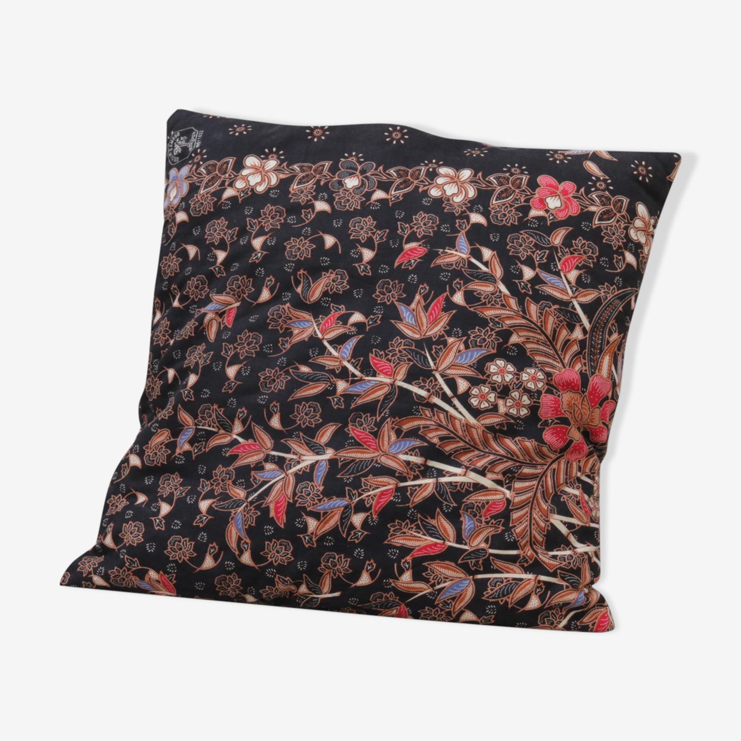Coussin noir à fleurs tissu indonésien