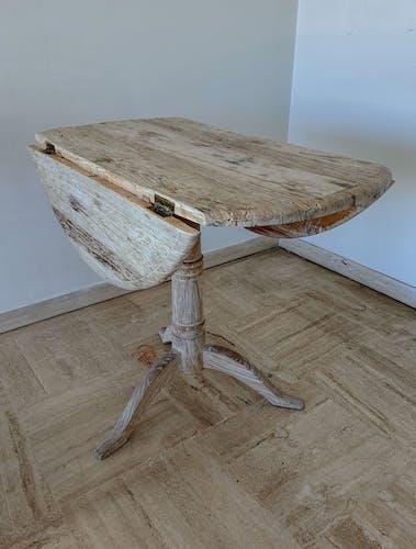 Table ronde à abattants en bois brut patiné
