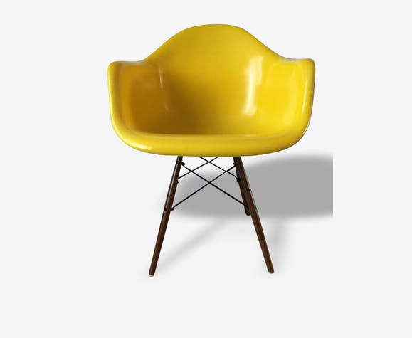 Fauteuil DAW (Dining Armshell Wooden base) jaune canari, circa 1970, design Charles Eames, édition Vitra.