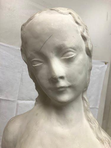 Sculpture d'un buste de jeune fille en plâtre