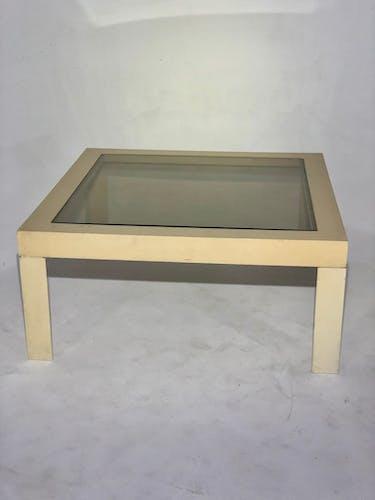 Table basse blanche et plateau en verre