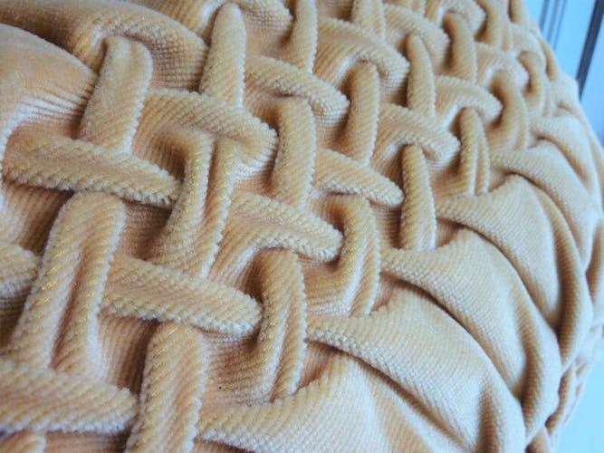 Coussin en velours doré décor de pliages