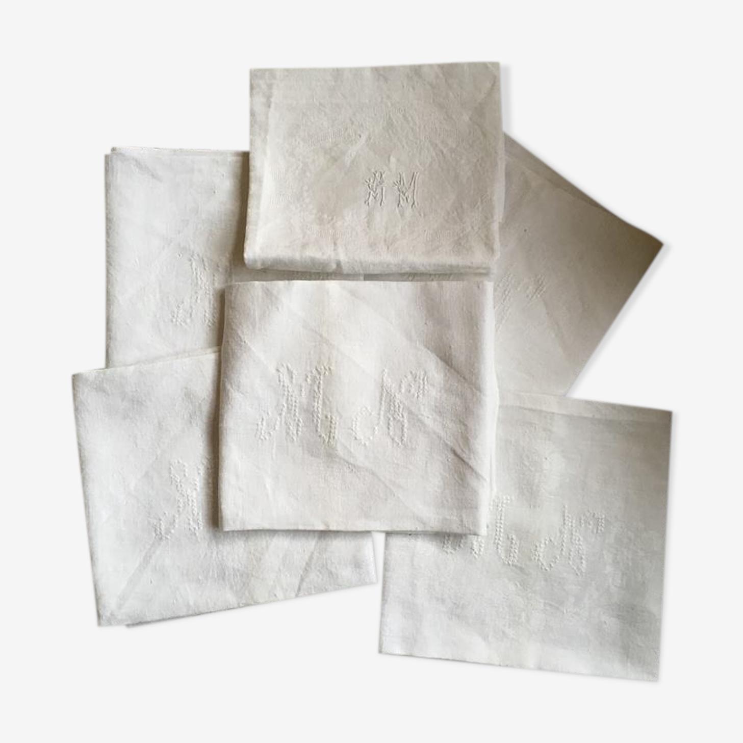 Six serviettes blanches anciennes damassées au monogramme différent