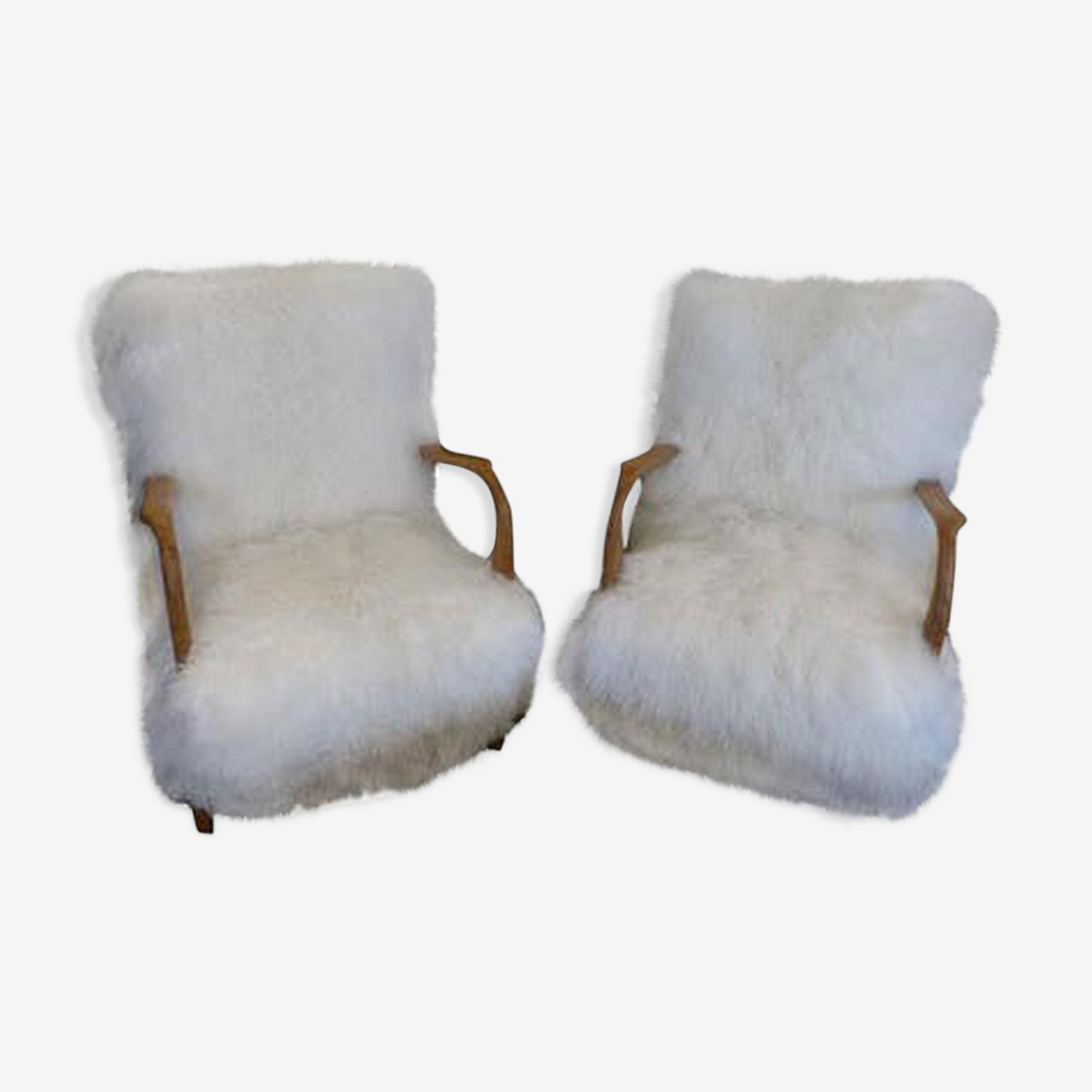 Paire de fauteuils retapissés en agneau tibétain