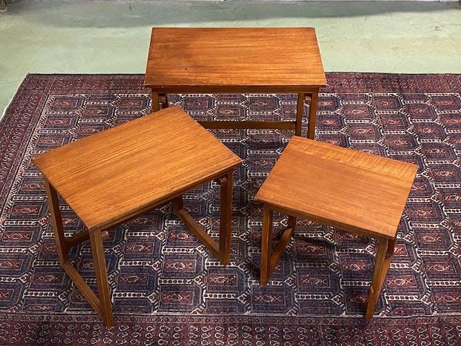 Suite de 3 tables gigognes en teck - années 70
