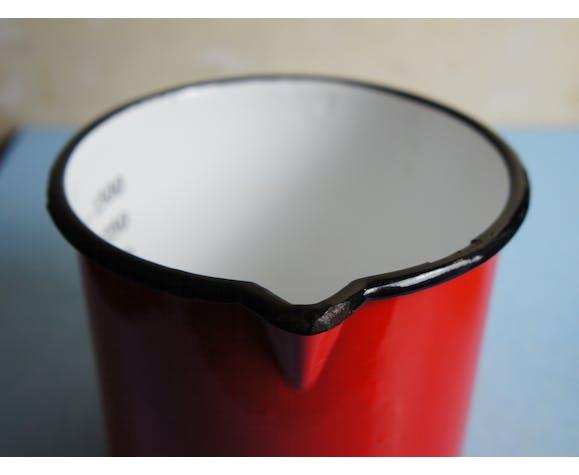 3 tasses et un verre doseur en tôle émaillée
