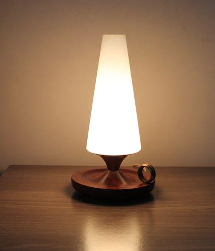 Lampe scandinave opaline en teck