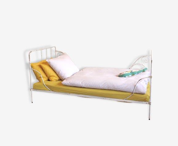 ancien lit d enfant en fer forg peint en blanc m tal. Black Bedroom Furniture Sets. Home Design Ideas