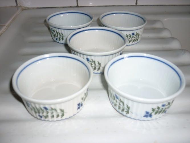 5 ramequins en porcelaine avec décor de lisseret et fleurs bleus et feuillages