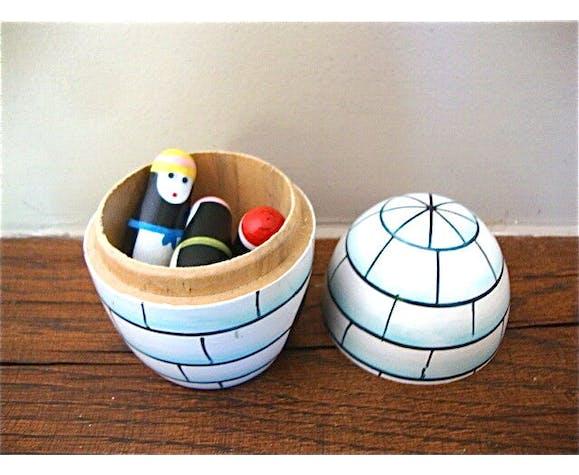 Igloo en bois contenant 4 petits pingouins