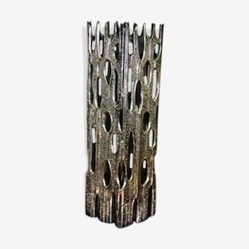 """Vase sculpture """"Brutalist"""" en métal avec vase en verre à l'intérieur Italie 1970"""