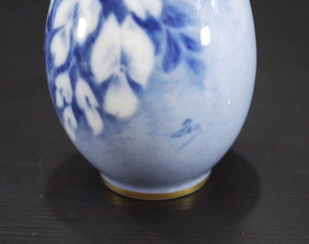 Vases à Bourgeons Pallas de Limoges français  à fleurs peintes bleues signé Jan