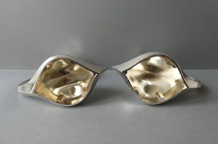 Paire de bougeoirs canards en métal argenté