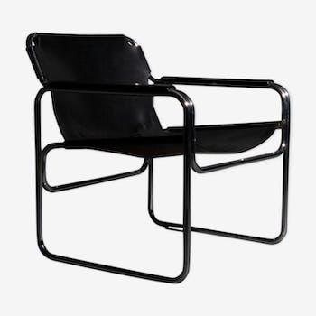 Chaise tubulaire avec assise et accoudoirs en cuir de noir