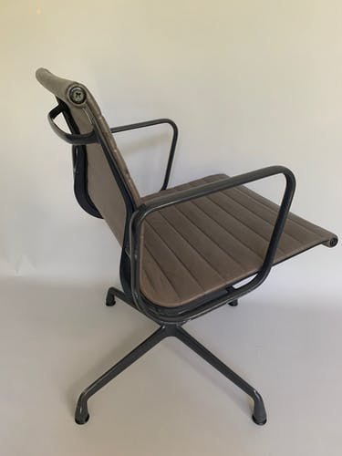 Paire de fauteuilsEA108 en cuir marron Eames pour Vitra