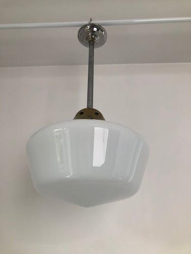 Suspension opaline art déco avec tige en métal chromé et galerie en laiton