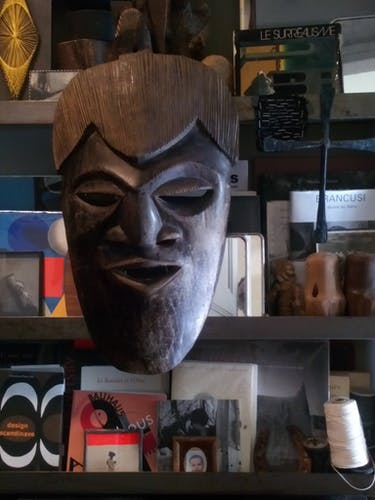 Masque ethnique géant ancien en bois sculpté