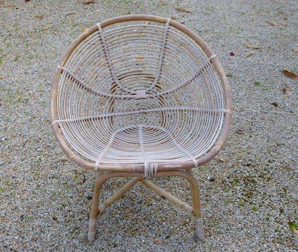 Salon en rotin: table basse et quatre fauteuils