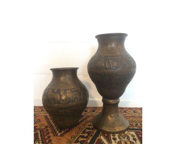 Paire de vases d'art oriental en cuivre repoussé