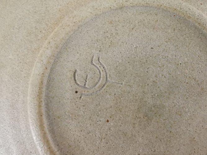Plat signé en grès émaillé fabrication artisanale