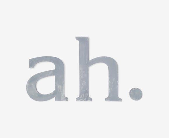 """Lettres d'enseigne """"ah."""" des années 70 gris patiné"""