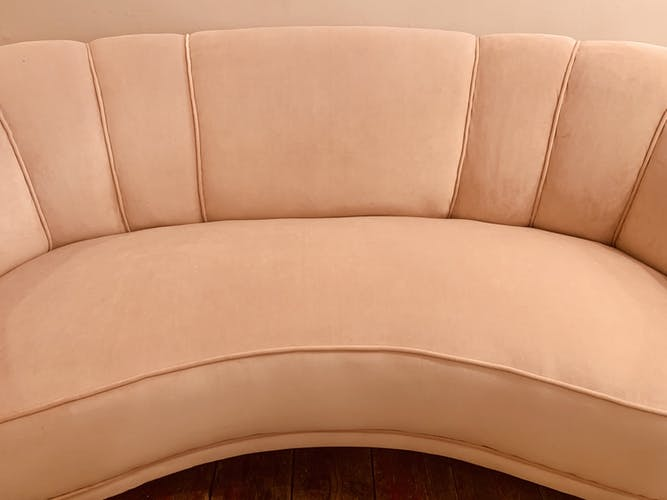 Canapé festonné en forme de banane danoise en rose blush 1940