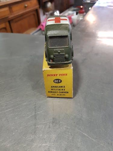 Voiture Dinky Toys modèle ambulance militaire Renault carrier