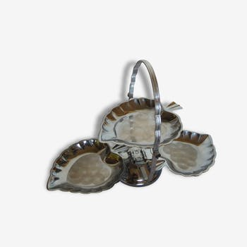 Servant has cakes or appetizers, silvery metal, shape sheet