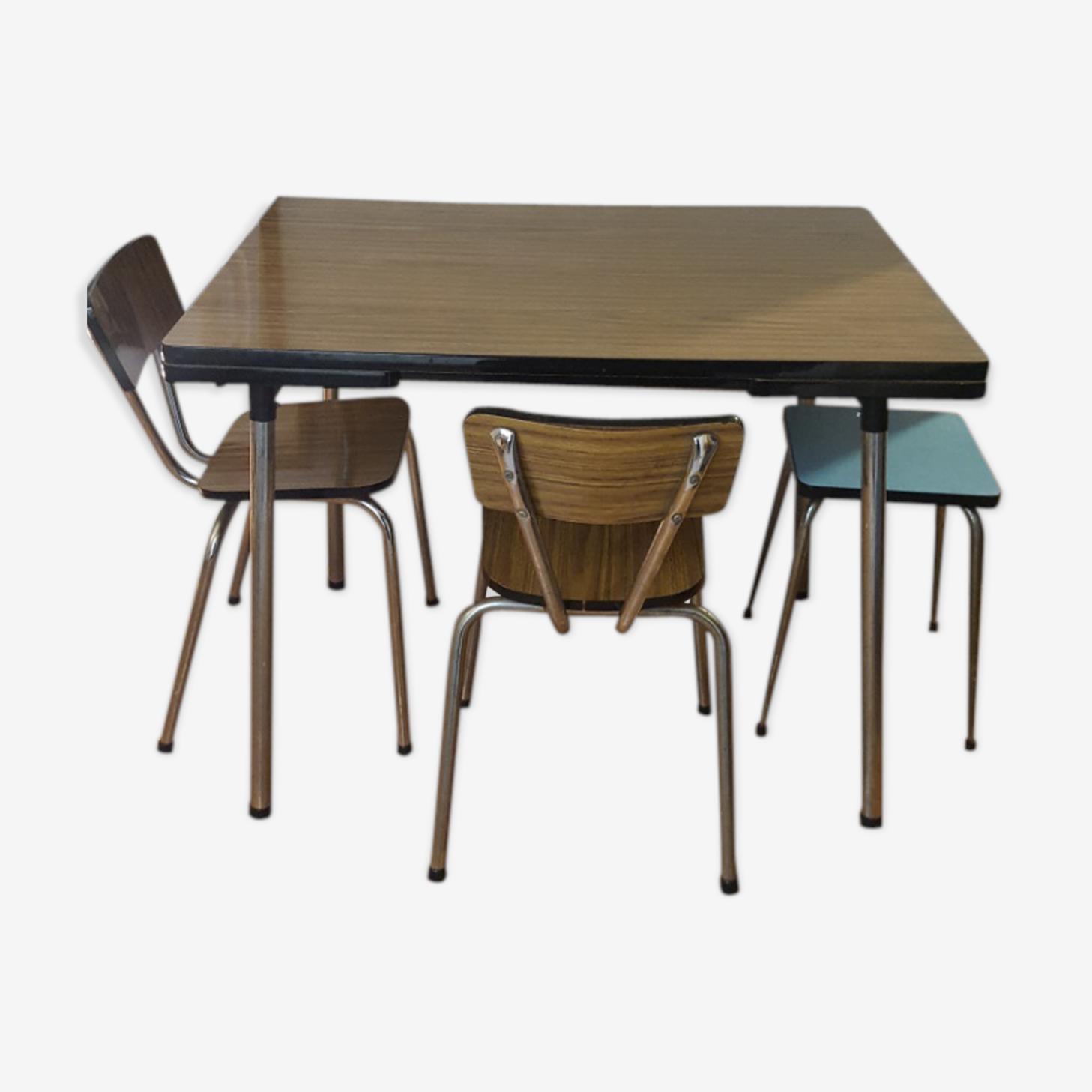 Table en formica avec 2 chaises et son tabouret