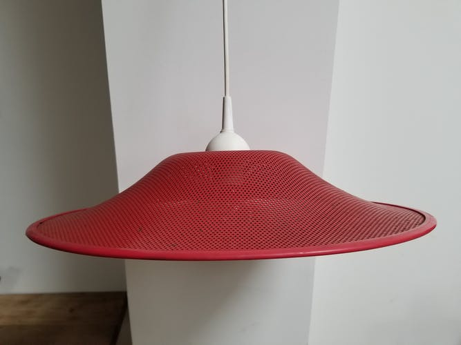 Suspension perforée rouge