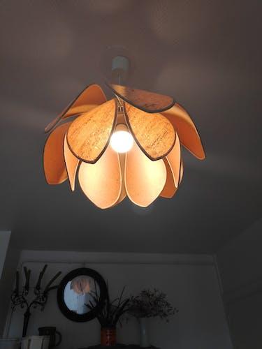 Suspension fleur de lotus en liège de Robert Schuytener