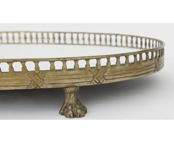 Especially golden metal oval table resting on four claw feet