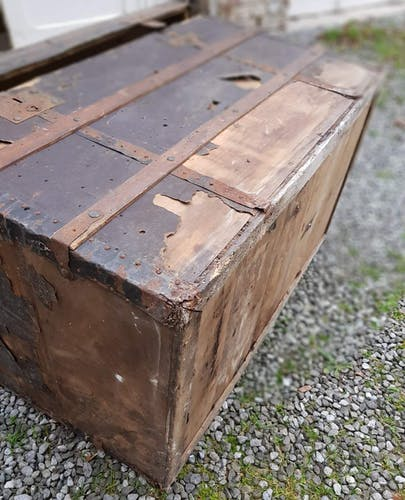 Ancienne malle en bois bombée
