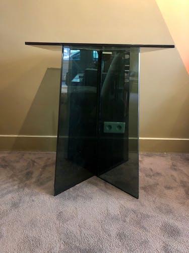 Table en verre fumé bleu foncé