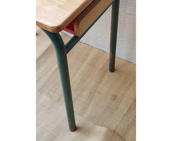 Table d'écolier avec case ouverte