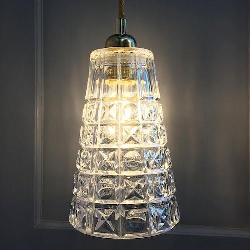 Suspension réalisée avec un vase vintage en verre moulé