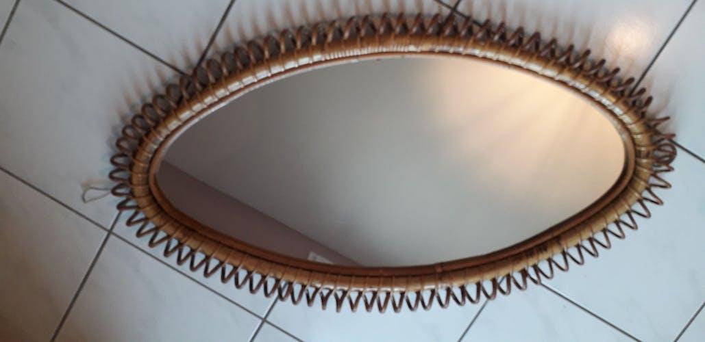 Miroir de forme ovale en rotin et bambou 1960