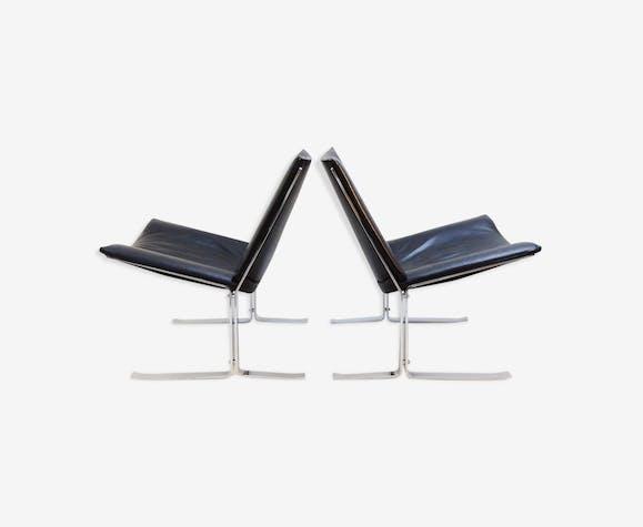 Paire de chaises en cuir noir et chrome